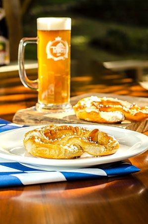 Um delicioso Pretzel acompanhado de um Chopp Pilsen Triberg bem gelado.