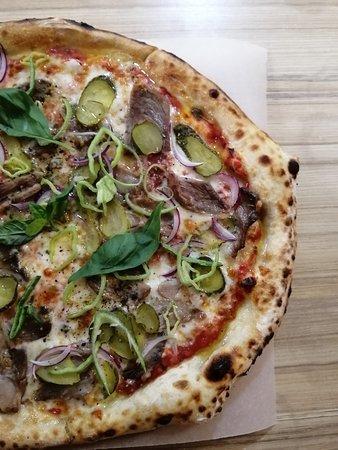 """Пицца из дровяной печи """"С Буженоной""""."""