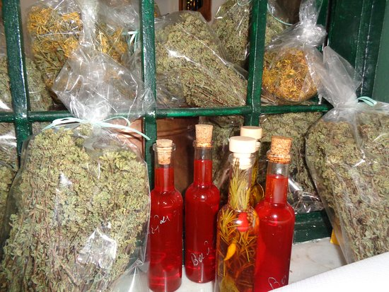 Phthiotis Region, Yunanistan: Spiced olive oil and vinegar, plus dried and bottled herbs.