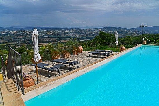 Ούμπρια, Ιταλία: Poolside in the rear of the property overlooking the Umbria countryside.