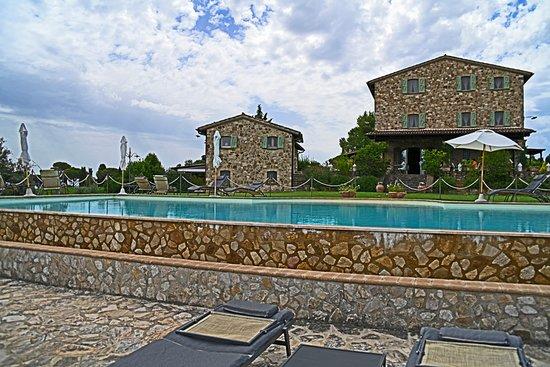 Ούμπρια, Ιταλία: View back at the inn from the pool.