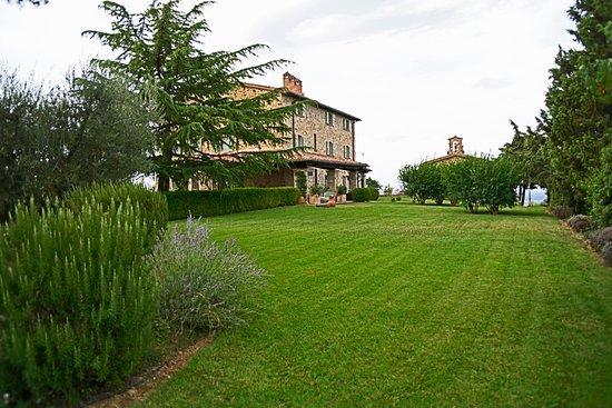 Ούμπρια, Ιταλία: Garden on approach from the gated entry