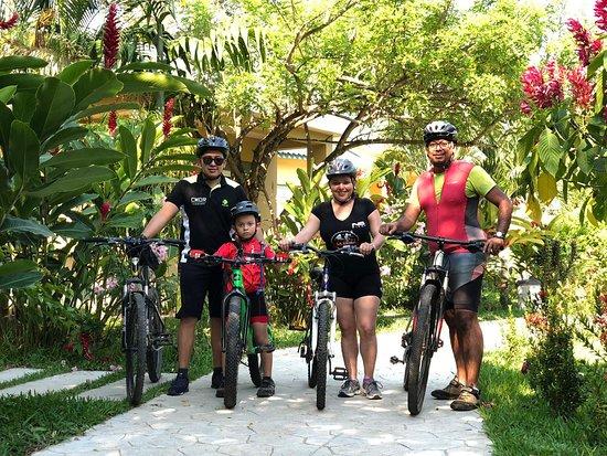 Corinto Pearl Eco Resort: Clientes  Corinto Pearl realizando ciclismo en familia. Contentos de tener esta linda familia en casa.