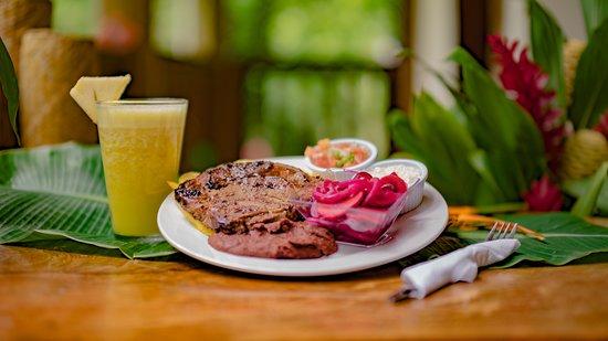 Corinto Pearl Eco Resort Cuenta con un Tucan Del Rio  restaurante en el cual tenemos deliciosos platos típicos Hondureños.