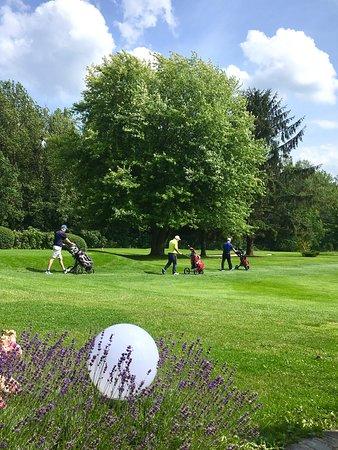 Restaurant Loch19 im Golfclub Sauerland: Blick von der Terrasse auf die Golfspieler