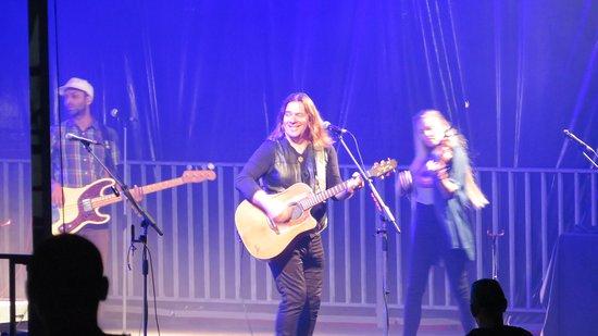 סנט פייר ומיקלון: Alan Doyle and band at Rock n' Rhum