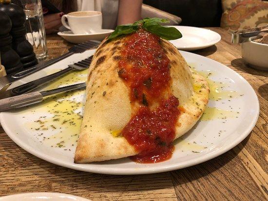 Pasta and Basta: Calzone с грибами, ветчиной и колбасками. Он пышный и прекрасный.