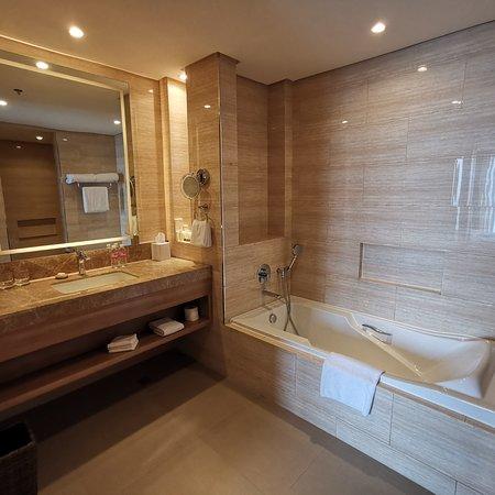 Dusit Thani Mactan Cebu Resort: Bathroom