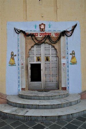 Džajpur, Indija: Ingresso ad abitazione nella periferia di Jaipur - India. Cliccare sulla foto per vederla così come scattata.