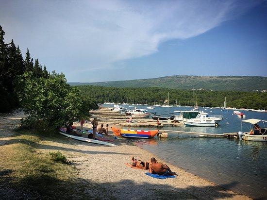 Sveti Lovrec, Kroatia: Der 'Hafenstrand' - einzige richtige Bademöglichkeit