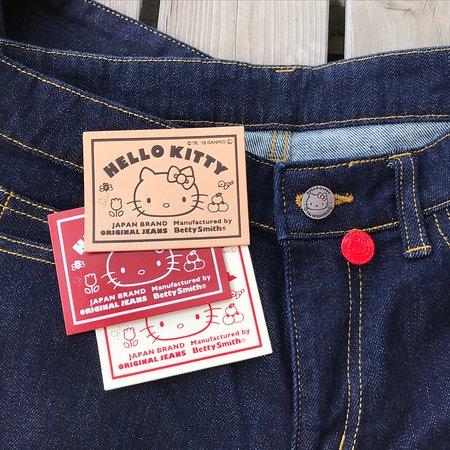 ハローキティ45周年を記念して、ベテイとコラボ♥ジーンズ作り体験やオーダージーンズで、キティのオリジナルボタンと革ラベルが選べます。
