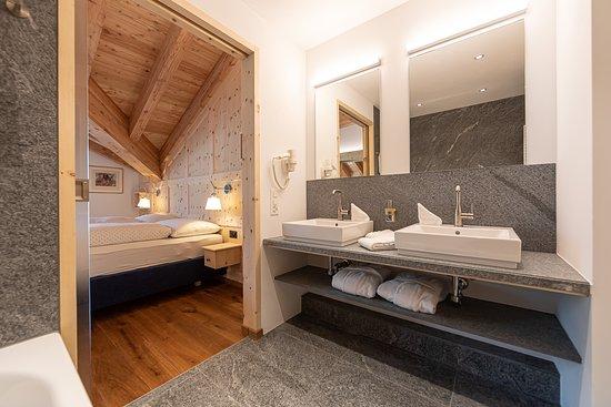 Hotel Chesa Randolina: Badezimmer in Bergeller Granit mit Dusch WC