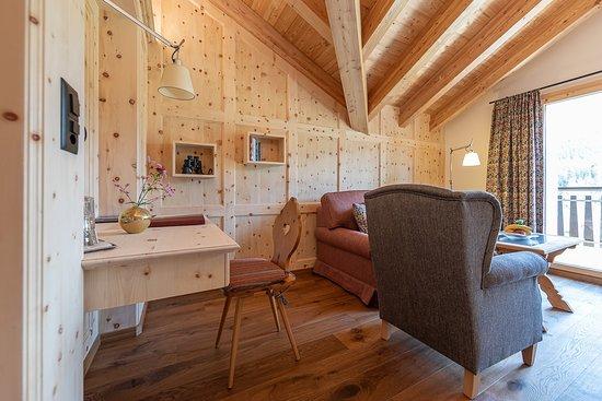 Hotel Chesa Randolina: Wohnraum Panorama Suite mit Balkon zum Silsersee