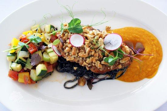 Restauracja Korbasowy Dwór: Mateusz zaprasza na kurczaka z orzechową posypką w towarzystwie purée z dyni, z czarnym makaronem i warzywnym ratatouille.