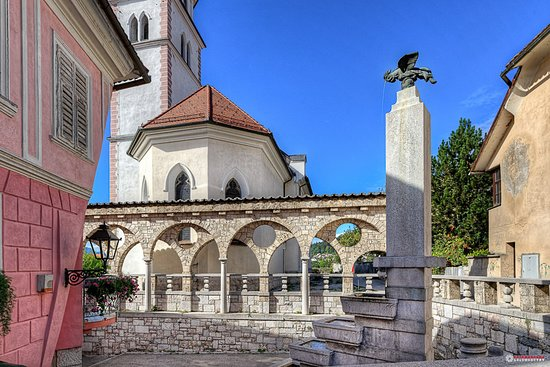 The internationally acclaimed architect Jože Plečnik set new accents in Kranj. At the top of Vodopivec Street, he designed a monumental entrance to the town. And he did this very well indeed with the staircase, the arches and the fountain, from which the bronze rooster pours water into terraced basins.