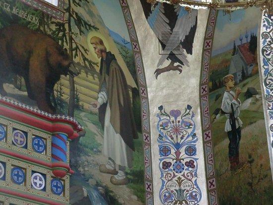 Chapayevsk, รัสเซีย: Фрески , наносимые современными иконописцами на стены храма, выполнены по мотивам картин русских художников и изображают житие Сергия Радонежского.
