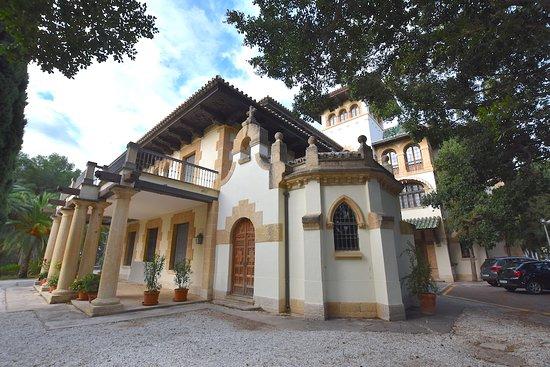 Espectacular villa que hoy es el Colegio de Arquitectos de Málaga. Tiene un bonito jardín con pavos reales.