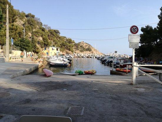 Le Mange Tout: Vue terrasse : petit port de Méjean