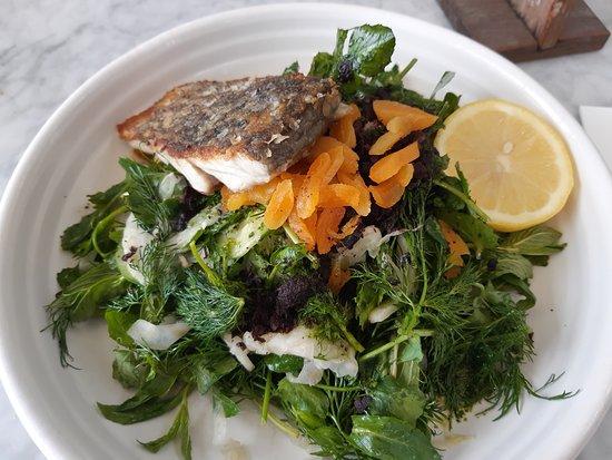 Patonga Beach Hotel Restaurant: Grilled Barramundi and salad