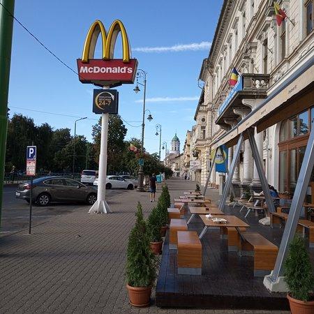 Άραντ, Ρουμανία: Palace, in front of McDonald's, train ride on weekends for kids, small lake, with playground for kids