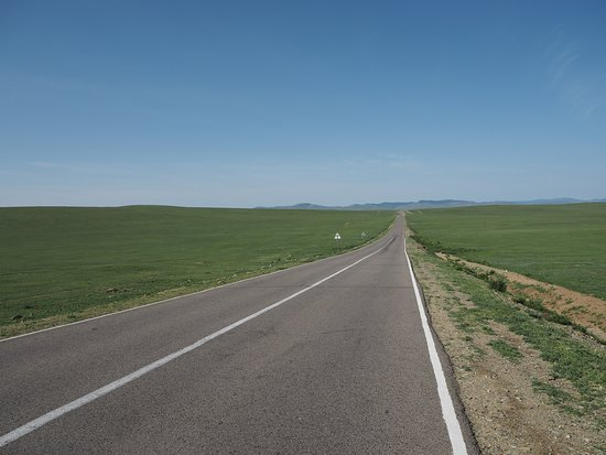 Ulaanshiveet, Mongolie : The Road Running through the Prairie