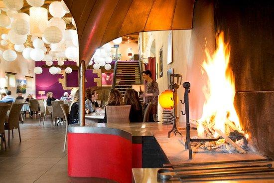 La salle du restaurant avec sa cheminée