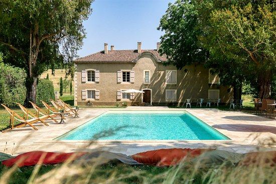 Saint-Jean-le-Comtal, Frankrijk: La piscine vue sur les chambres d'hôtes