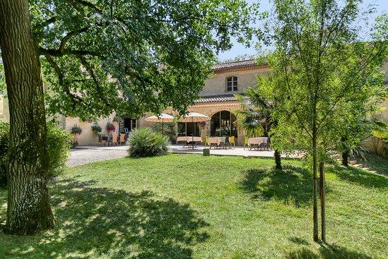 Saint-Jean-le-Comtal, Frankrijk: La terrasse côté parc boisé de 10 hectares