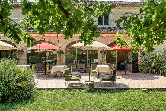 Saint-Jean-le-Comtal, Frankrijk: La terrasse côté parc