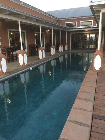 la piscine est contre la terrasse et la salle de restaurant
