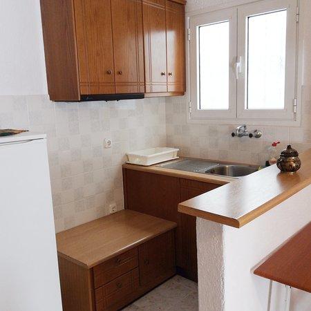 Μικρή κουζίνα χωρίς εστίες, μεγάλο ψυγείο.