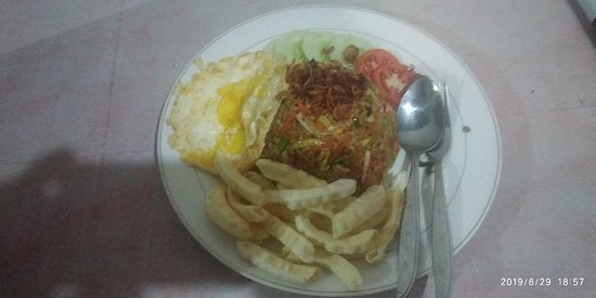 Riung, Indonesia: Fried rice with vegetables and egg