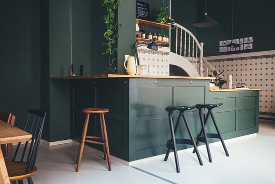 Lauritz Cafe & Handwerk: das Waldstraßenviertel ist eines der größten Gründerzeitviertel Europas. Dieser historische Raum schafft eine Umgebung für feine Kost und Produktdesign.  Wir bieten saisonal und regional hergestellte Produkte an. Aufgetischt werden süße und herzhafte Kleinigkeiten. Das Interieur wird von Handwerkern, Designern und Künstlern aus Deutschland entworfen und in Handarbeit  hergestellt. Dadurch bietet lauritz aufstrebenden  Kreativen eine Plattform,um ihre Produkte unseren Gästen vorzustellen.