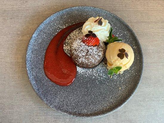 Osen Spiseri: Sjokolade Fondant  Bær, Krem og Vaniljeis