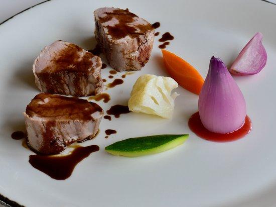 Etnea Roof Bar & Restaurant: Filetto di maialino dei Nebrodi cotto a bassa temperatura, su crema di ceci con cipolla di Tropea farcita con ricotta Girgentana e salsa alle fragole