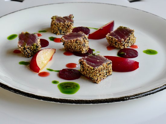Etnea Roof Bar & Restaurant: Tonno scottato ai due sesami, susine, barbabietola e crema alla rucola