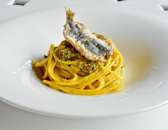 Etnea Roof Bar & Restaurant: Spaghettone con sarde, uva passa e pangrattato tostato al profumo d'arancia di Sicilia