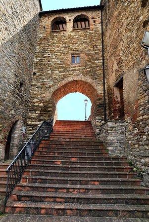 Belforte all'Isauro, Ιταλία: Scalinata e arco accesso al Castello