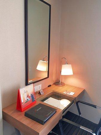 Swiss-Belhotel Airport: Writing desk in bedroom