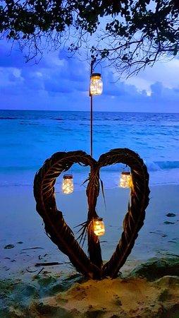 jantar romântico com candles no areal fronteiro ao restaurante Raabondhi