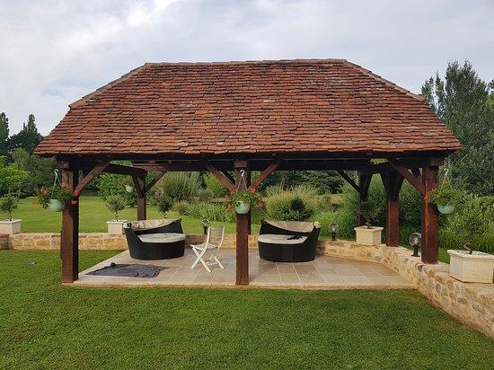 Moulin du Soustre: Coin coocooning vue de la piscine