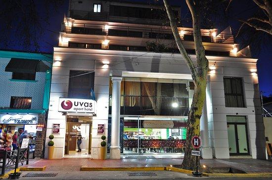 Vista de la fachada nocturna del Uvas Apart Hotel