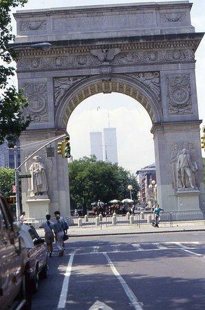 Tra le vecchie foto ho ritrovato una che ritraeva il Washington Square Arch con lo sfondo delle ex torri gemelle