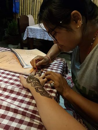 Tara is making a  Henna Tattoo.