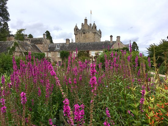 Sin colas: entrada al castillo de Cawdor: The castle is amazing and the gardens are just as amazing. We were really glad we saved this castle for the last on our list of many this summer.