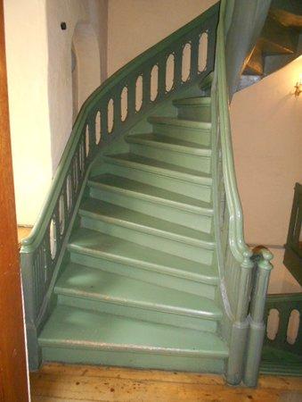 Trappan upp från mellanvåningen.