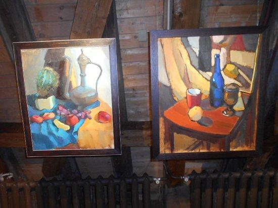Målningar i utställningsrummet.
