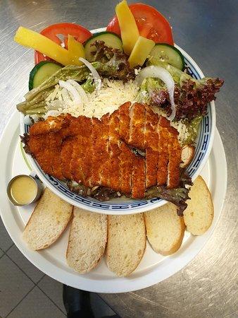 Unser Salat mit Hausdressing, Mango, Parmesan und Hühnchen ist weit über die Grenzen Triers bekannt!