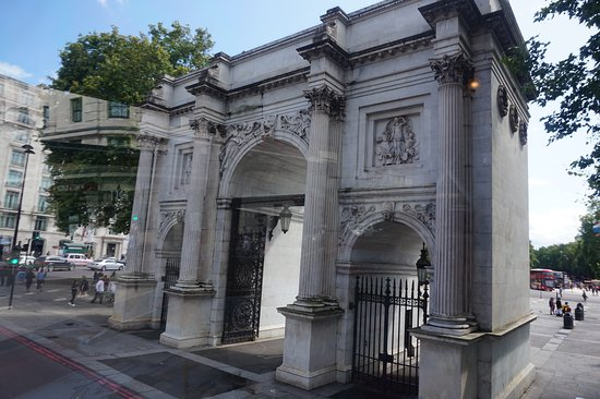 Brigit's Afternoon Tea Bus: passing marble arch