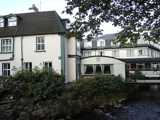 Glendasan River Restaurant: Buitenzijde van het hotel-restaurant.